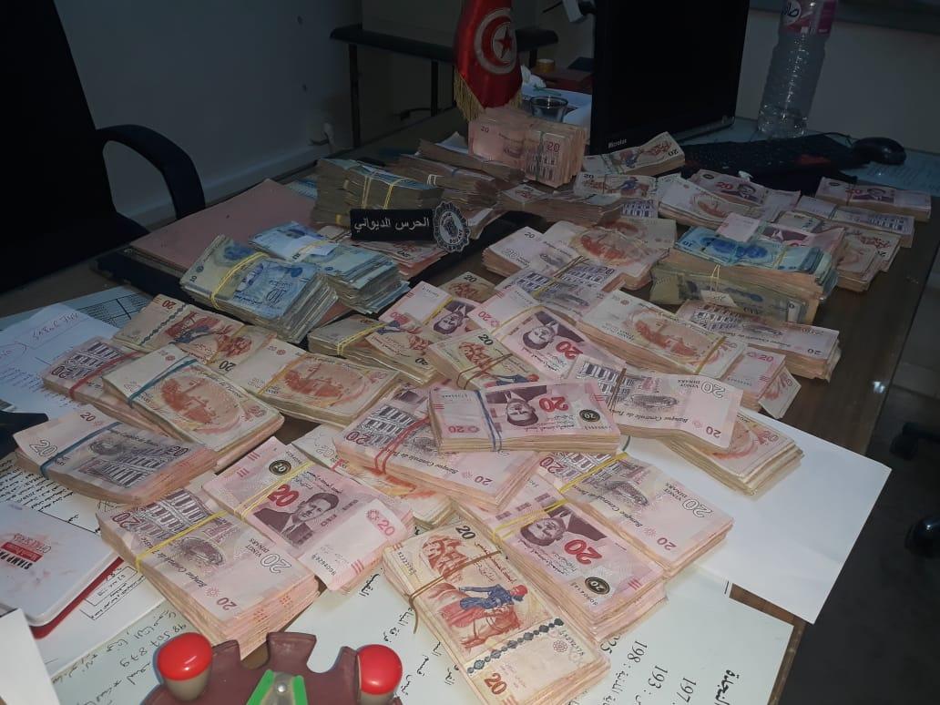 فرقة الحرس الديواني بصفاقس تحجز تحفظيّا مبلغا من العملة التونسية بقيمة 120 ألف دينار: