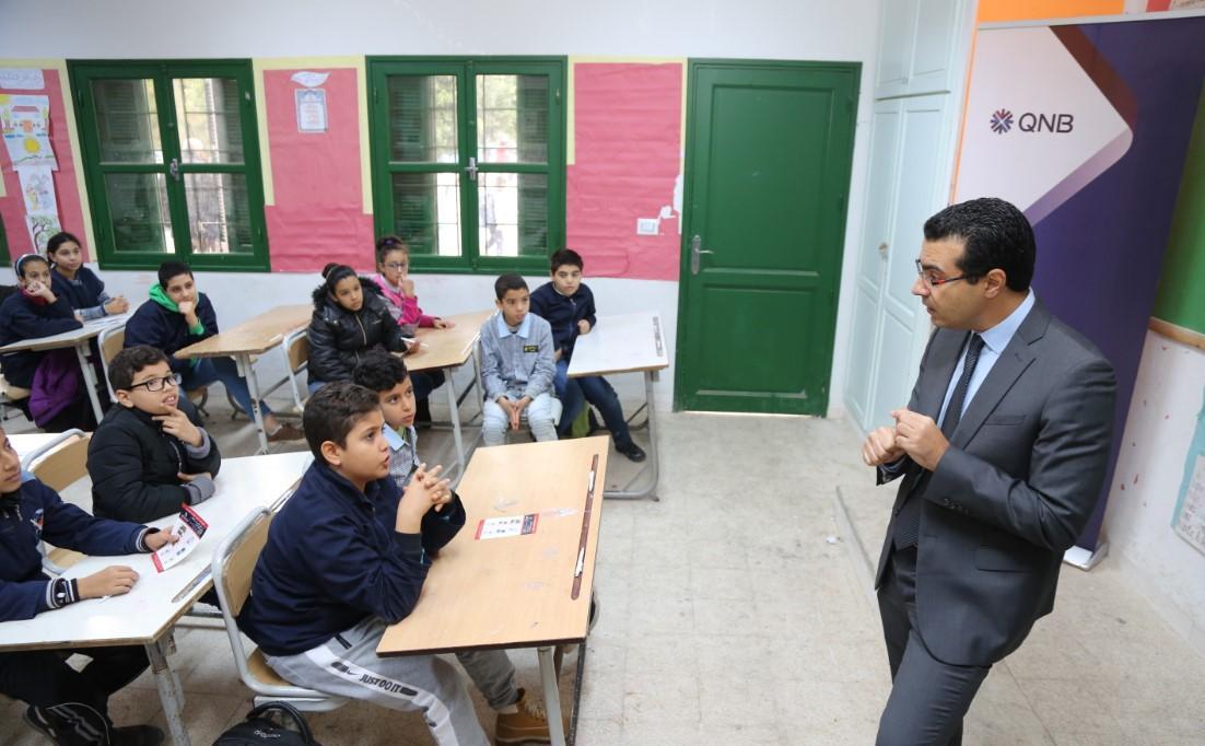 """منوبة : QNB تونس يزور المدرسة الابتدائية أبو القاسم الشابي تحت عنوان """"المال والإقتصاد بطريقة مبسطة """":"""