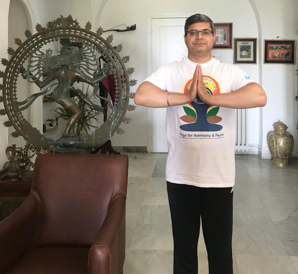 """الإحتفال باليوم الدولي لليوغا 2021:""""اليوغا من أجل الرفاهية""""مقال بقلم سعادة سفير الهند في تونس السيد """"بونيت ر. كوندال"""":"""