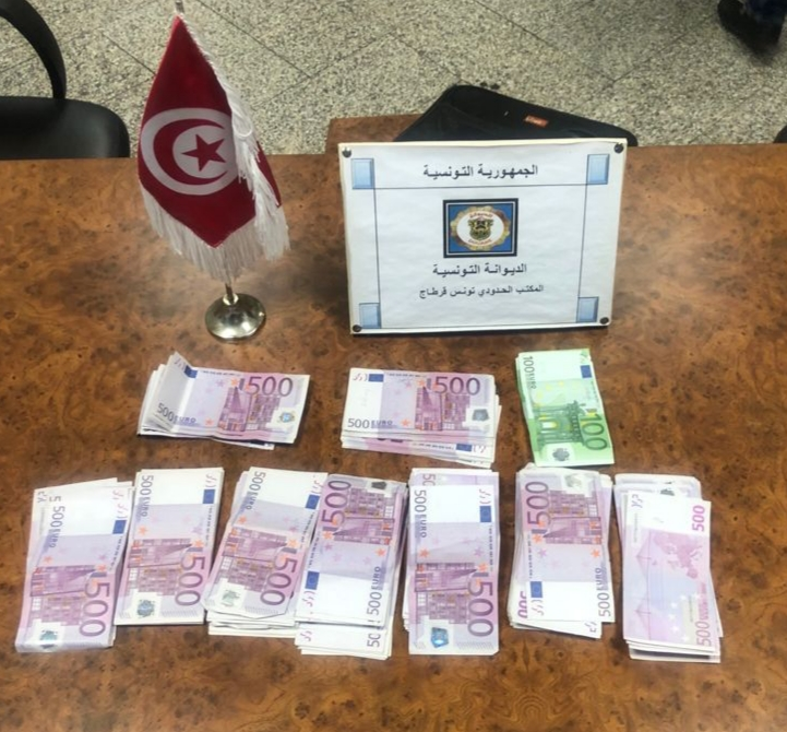 مصالح الديوانة بمطار تونس قرطاج تحجز 111 ألف أورو بحوزة مسافر أجنبي: