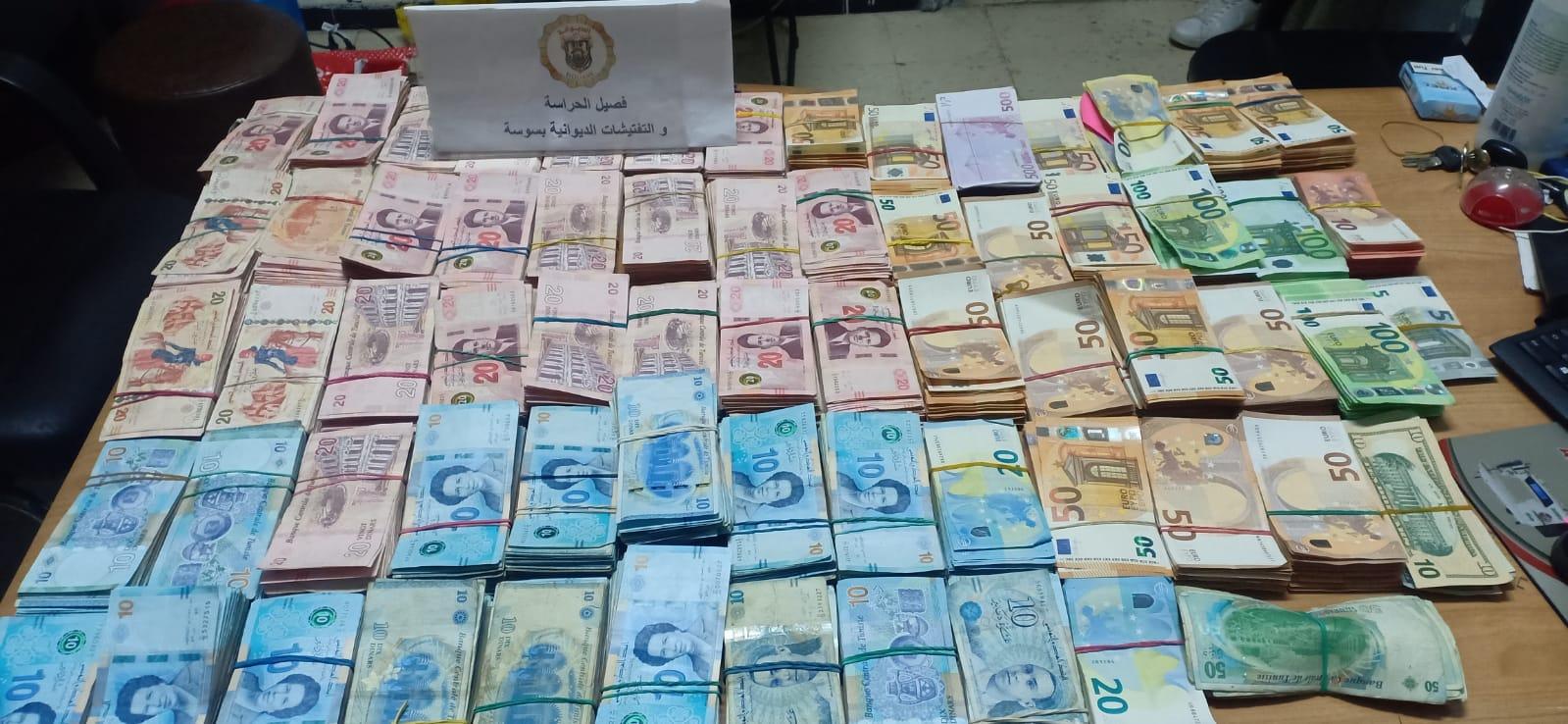 مصالح الحرس الديواني تحجز مبالغ من العملة الأجنبية بقيمة 457 ألف دينار: